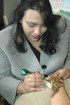 Noureen Sultana painting henna